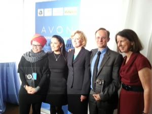 From left to right: Jan Moolman from APC, actress and Avon Foundation for Women Ambassador Salma Hayek Pinault, and other winners