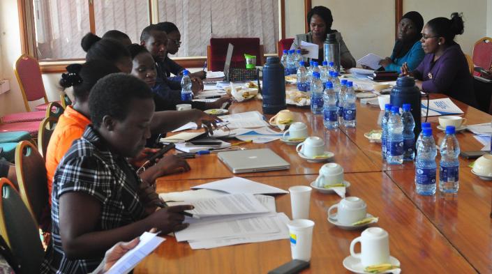 Miembros de Unwanted Witness con el comité TIC del Parlamento de Uganda. Foto cortesía de Unwanted Witness