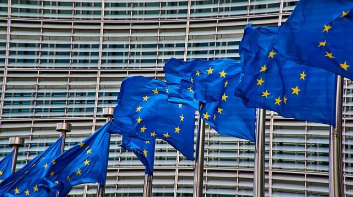 Image by NakNakNak used under Pixabay License (https://pixabay.com/photos/brussels-europe-flag-4056171/)